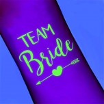Pimedas helendav Team Bride tattoo noolega